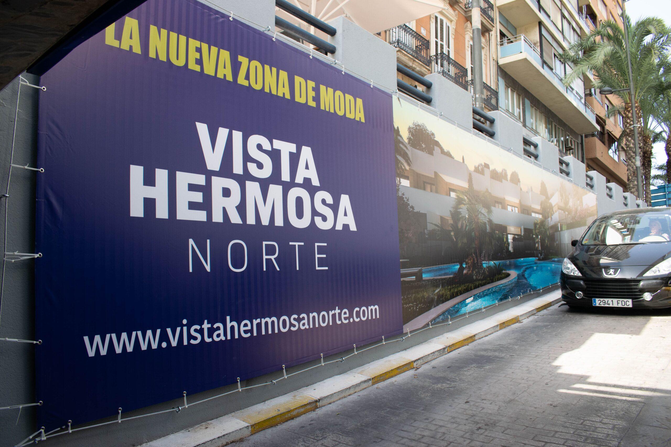 Así son los carteles de Amura Village en el parking de Alfonso el Sabio